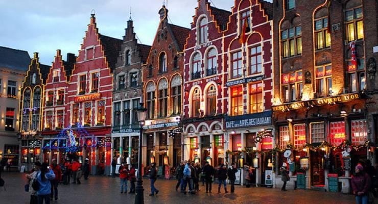 ゆっくりと観光客を乗せて進む馬車。中世の姿のまま残る建築物。ベルギー・ブルージュでは、まるで絵本の中にいるような美しい風景と出会うことができます。