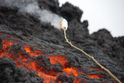 忘れられない体験!グアマテラの溶岩が流れるパカヤ火山でマシュマロを焼こう!