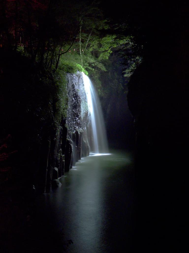 神々しい光に包まれるパワースポット「真名井の滝」が美しすぎる