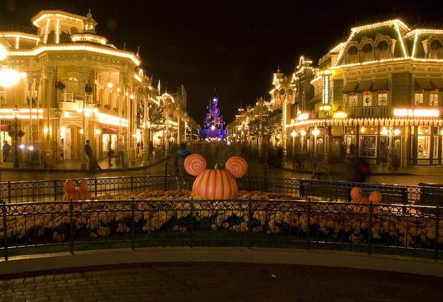 町中がオレンジに!日本とは一味違う、海外のディズニーハロウィーン♪