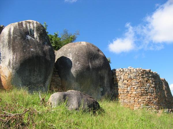 アフリカのジンバブエ、国名に由来する世界遺産が圧巻!