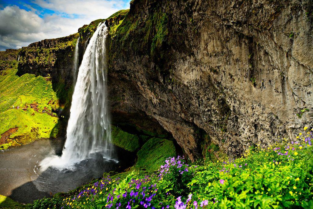 アイスランド・セリャラントスフォス、冬はオーロラと滝のコラボレーション!
