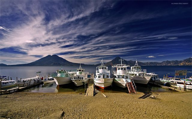 グアテマラ・アティトラン湖へ観光に! 世界一美しい湖の魅力に迫る
