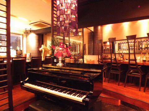 東京都内でピアノ生演奏が聴けるお洒落なバーおすすめ6選!記念日デートにも!