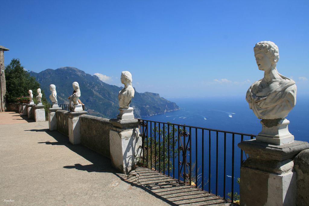 【南イタリア・アマルフィ海岸】絶景!青い海岸沿いに浮かぶカラフルな家々