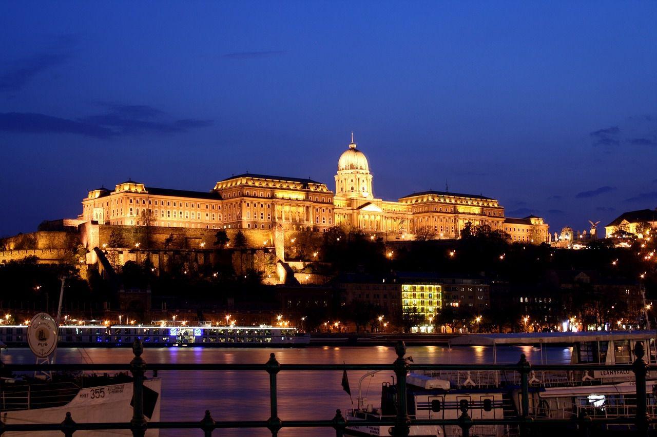 ハンガリー・ブダペストの夜景6選!「ドナウの真珠」のライトアップにうっとり