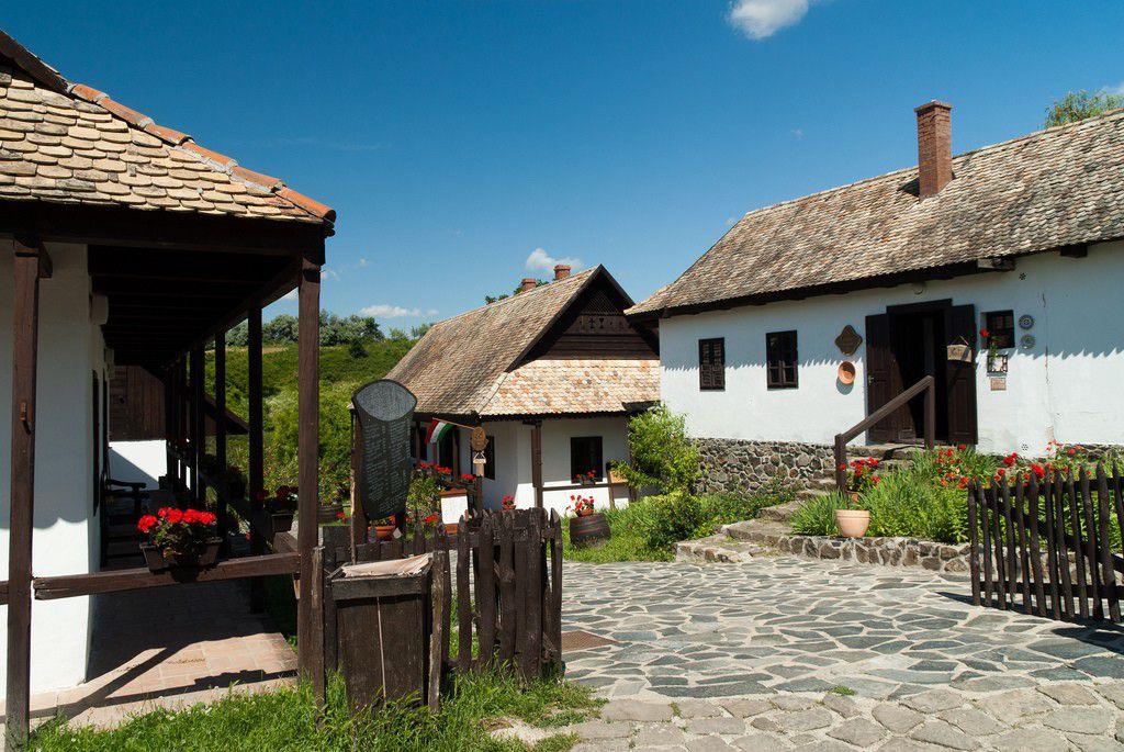 ハンガリー旅行ならホッロークー村観光がおすすめ!イースター祭りや民族衣装パローツ様式が素敵