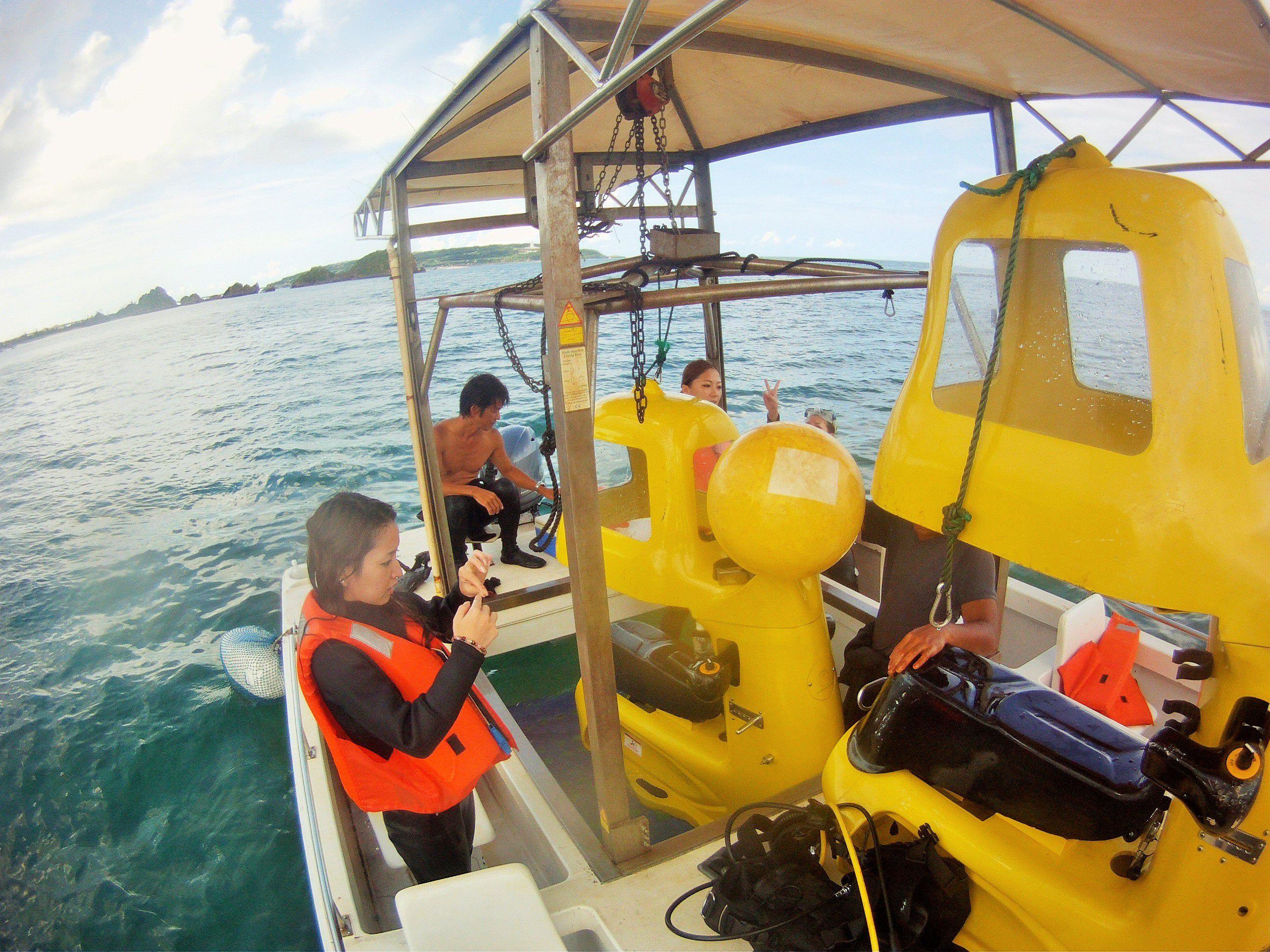 【沖縄】そんなバカな!? 特殊ヘルメットを被って「水中スクーター」で海中ドライブ!?