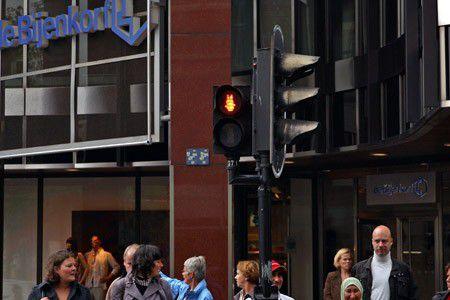 オランダはミッフィーの信号機!?世界の面白い信号機特集