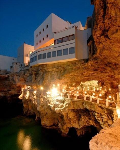 イタリア・バーリ崖っぷちに建つ絶景レストラン「グロッタ パラッツェーゼ」が素敵すぎる
