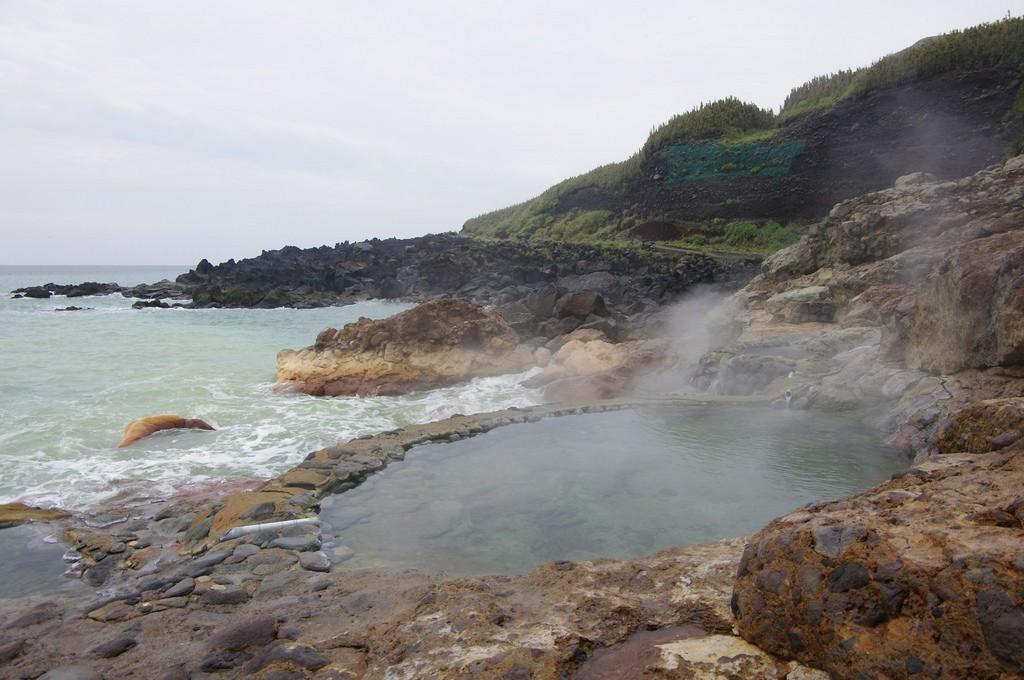 鹿児島・薩摩硫黄島の茶色い海とは?温水プールには秘湯ファンも歓喜!