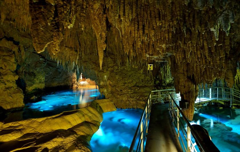 水深120mの地底湖も!全国の神秘的な鍾乳洞6選