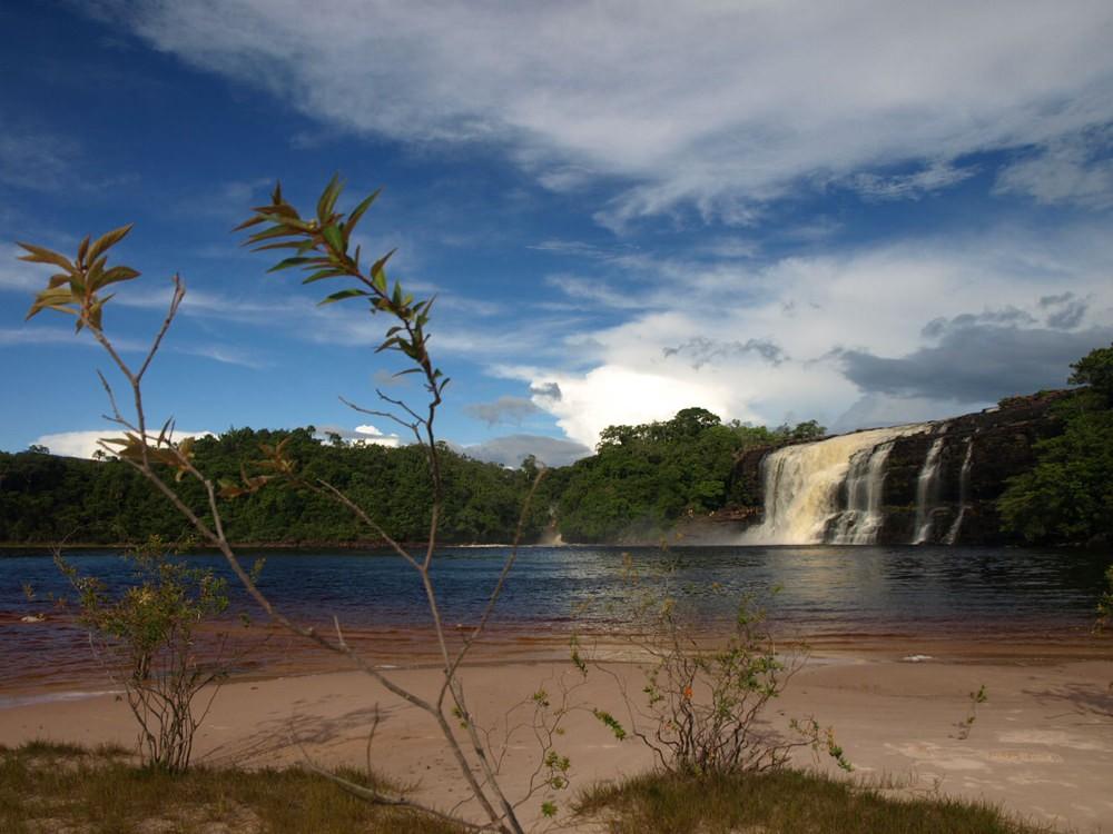 ベネズエラの絶景観光スポット「カナイマ国立公園」地球最後の秘境には壮大な滝!