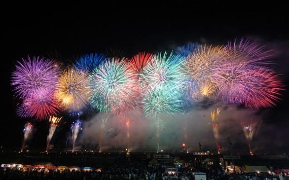 秋田・大曲の花火大会で夏休みを満喫!花火師がお手本にするクオリティの高さは圧巻!