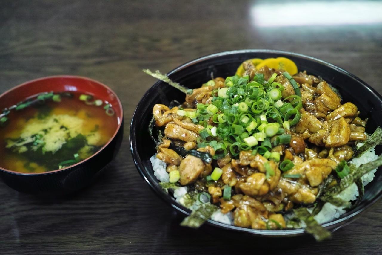 うどんだけじゃない!香川県高松市のB級グルメ・かしわバター丼が食べたい!