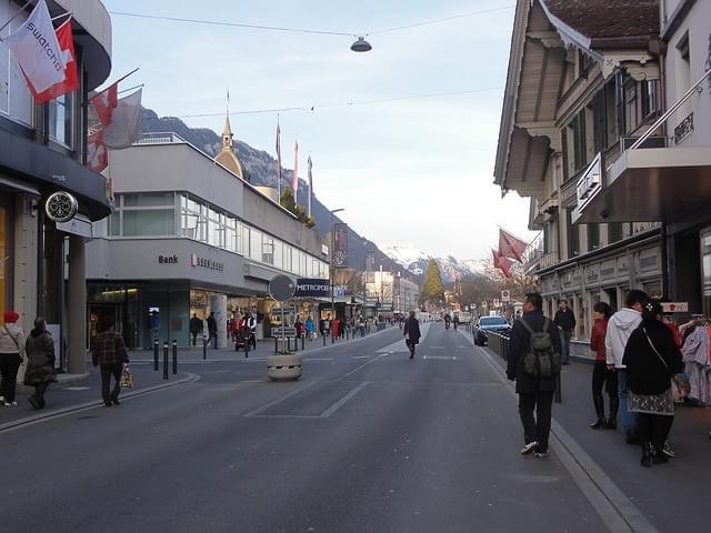 スイス・インターラーケンおすすめ観光スポット!湖に囲まれた風光明媚な街を歩く