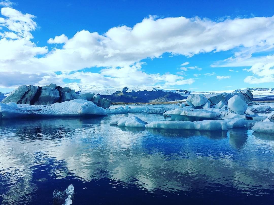 アイスランド・ヴァトナヨークトル氷河の洞窟スーパーブルー!青く輝く神秘世界