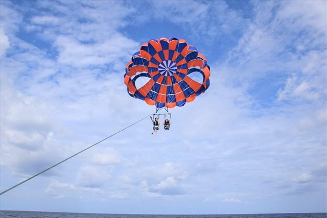 沖縄でおすすめのパラセーリングランキングTOP12!綺麗な海を眺めながら空旅を楽しもう!
